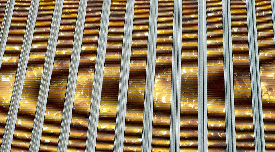 Наглядный пример проникновения воздуха через специальные отверстия  запатентованного покрытия
